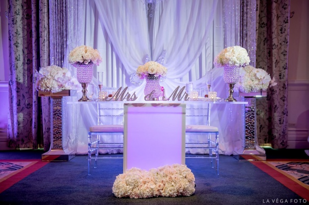 Loews-Portofino-Bay-Hotel-La-Vega-Fotographie-Clear-Chiavari-Chairs-Mr-&-Mrs-Standing-Crystal-Signs-White-Rose-Entertainment-A-Chair-Affair-Event