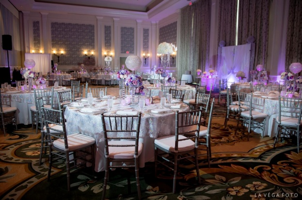 Loews-Portofino-Bay-Hotel-La-Vega-Fotographie-Silver-Chiavari-Chairs-Silver-Belmont-Glass-Chargers-Flatware-Linens-&-Flowers-Design-A-Chair-Affair-Event