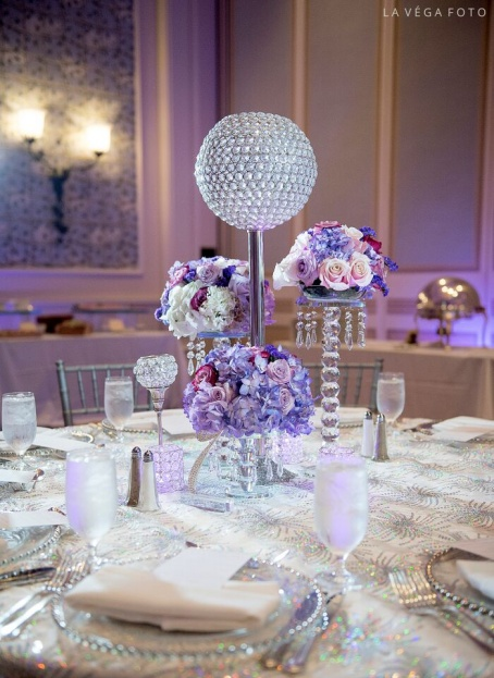 Loews-Portofino-Bay-Hotel-La-Vega-Fotographie-Silver-Chiavari-Chairs-Silver-Belmont-Glass-Chargers-White-Rose-Entertainment-A-Chair-Affair-Event
