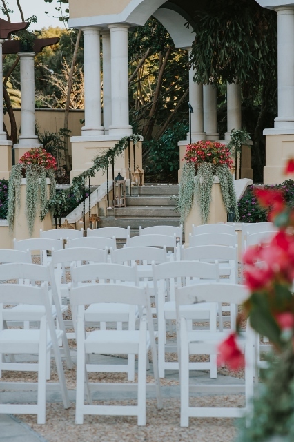 Hollis Garden Meagan and Greg, white resin chairs