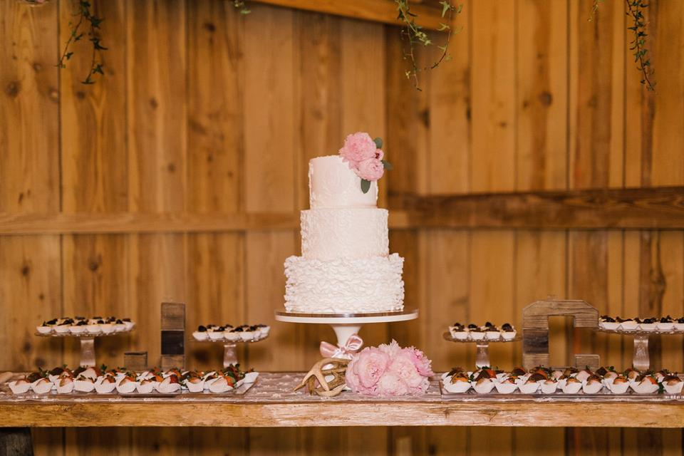 Bridle-Oaks-Barn-classic-country-wedding-cake