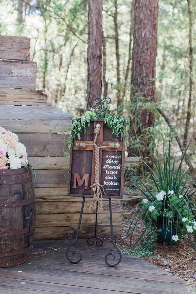 Bridle-Oaks-Barn-classic-country-wedding-ceremony decor