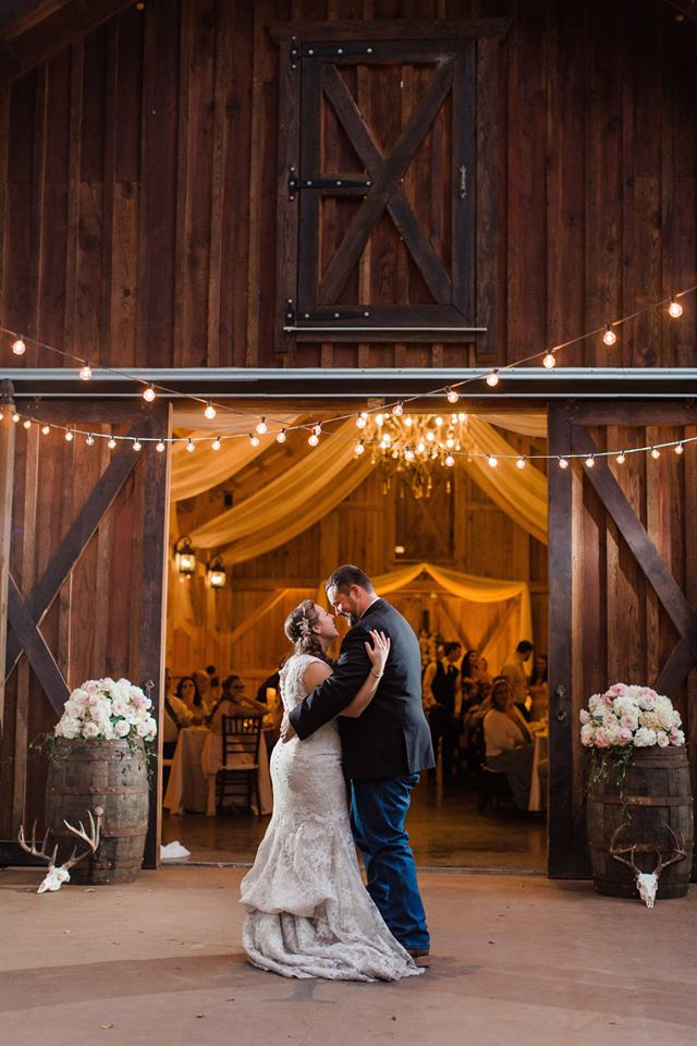 Bridle-Oaks-Barn-classic-country-wedding-dancing